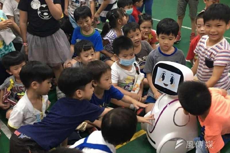 反毒機器人小暄在幼兒園宣導,受到小朋友熱烈歡迎。(圖/徐炳文攝)