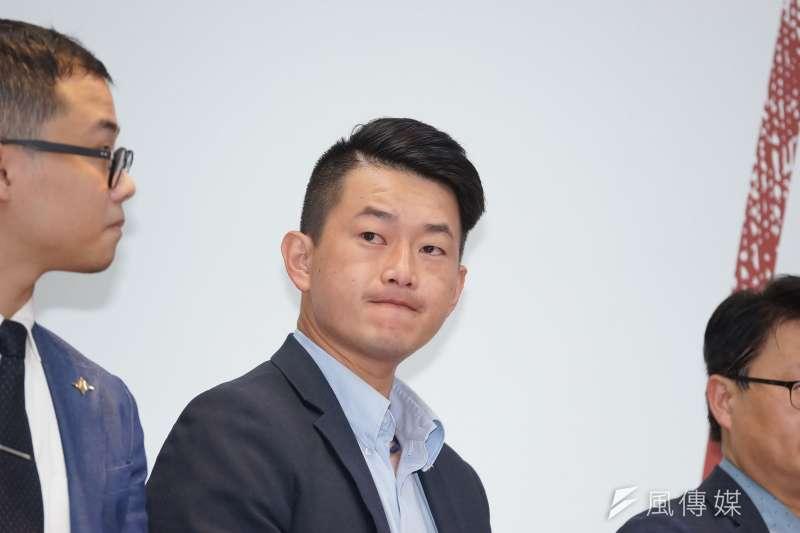 民進黨與台灣基進黨共推的台中第二選區立委候選人陳柏惟(中)被質疑空降參選,他強調歷史上很多偉大領袖都不是在故鄉參選。(資料照,盧逸峰攝)