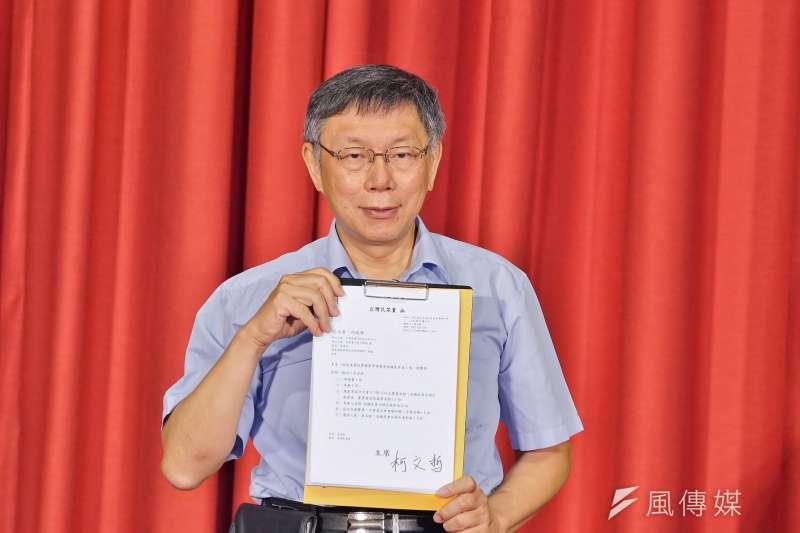 台灣民眾黨上午宣布啟用政治獻金專戶,圖為台北市長柯文哲出席台灣民眾黨成立大會,簽署第一份公文。(盧逸峰攝)