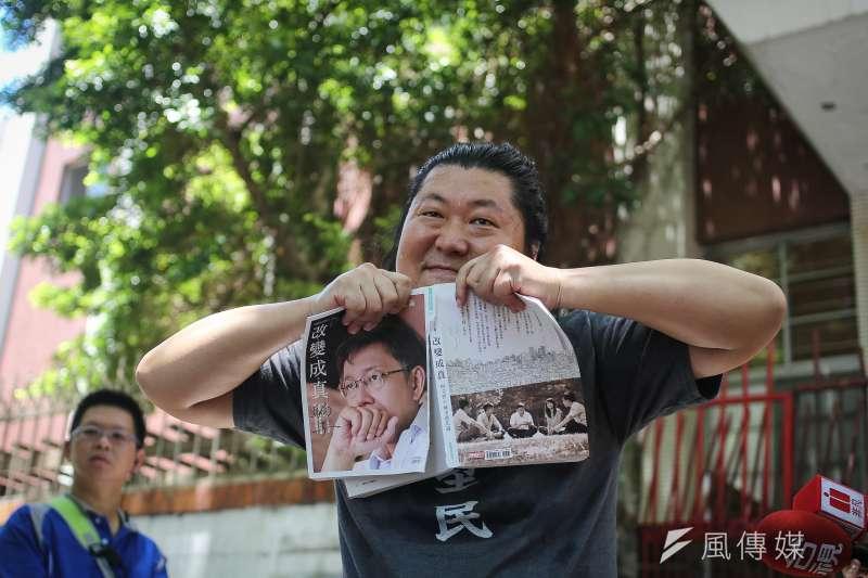 「音地大帝」姚介祥(見圖)6日於台灣民眾黨創黨大會外,舉辦柯文哲周邊產品拋棄大會,該活動雖有近萬人響應,最後卻只有音地大帝自己到場。(陳品佑攝)