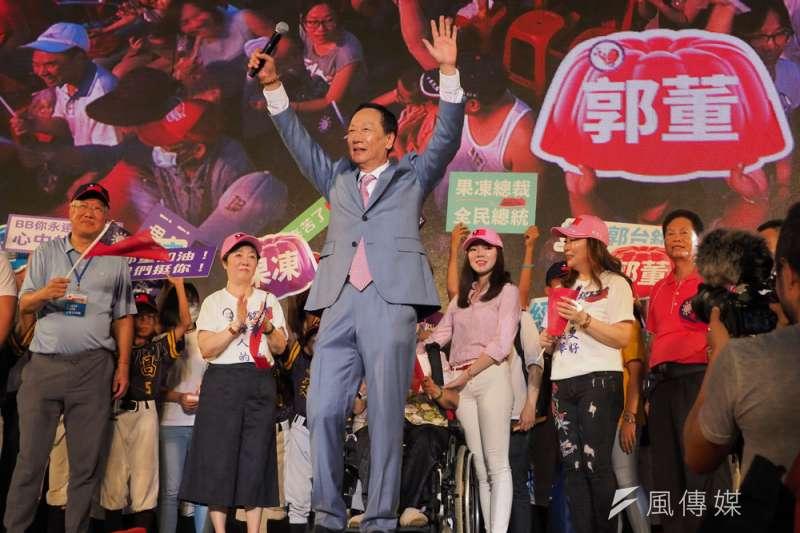郭台銘(中)並不急著宣布參選總統。(林瑞慶攝)