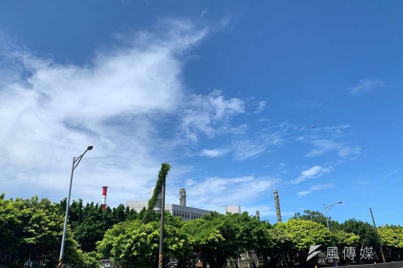 2019年7月南高雄天空,背景為臨海工業區工廠。(圖/徐炳文攝)