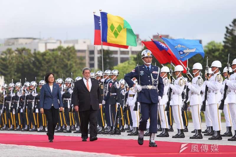 總統蔡英文以軍禮歡迎加勒比海邦交國聖文森及格瑞那丁總理龔薩福訪台。(顏麟宇攝)