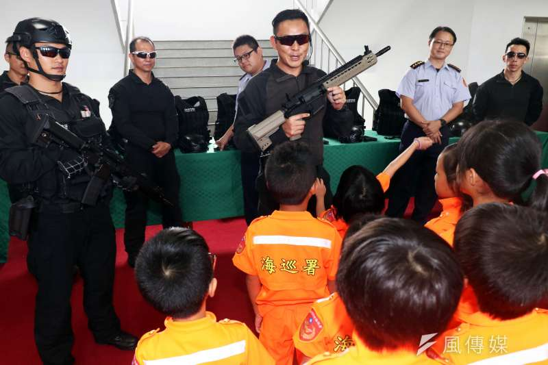 20190807-海巡署舉辦「小小海巡體驗營」活動,透過各種關卡設計,引領小朋友認識海巡人員任務。圖為海巡署特勤隊向小朋友介紹槍械。(蘇仲泓攝)