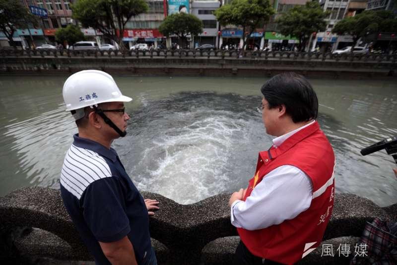 基隆市長林右昌到田寮河查看抽站排水狀況。(照片/張毅攝)