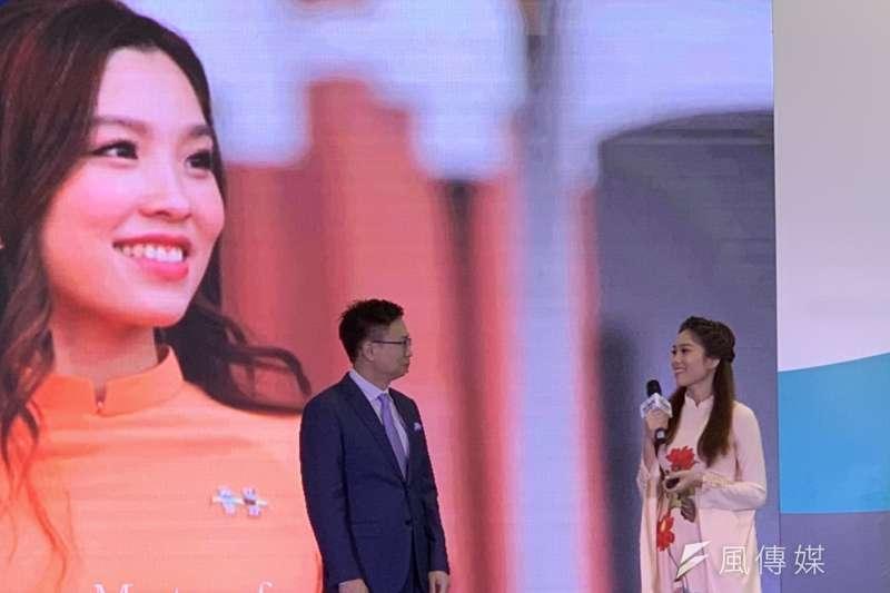 經濟部、外貿協會首度於越南河內舉辦台灣形象展。圖為貿協董事長黃志芳(左)介紹越籍新住民阮秋姮(右)。(尹俞歡攝)