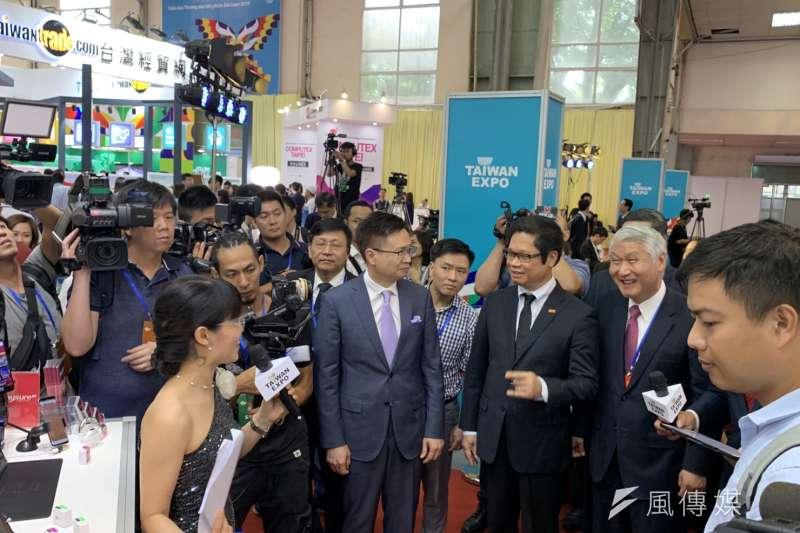 經濟部、外貿協會今日首度於越南河內舉辦台灣形象展,貿協董事長黃志芳與越南商工總會主席武進祿均出席活動。(尹俞歡攝)
