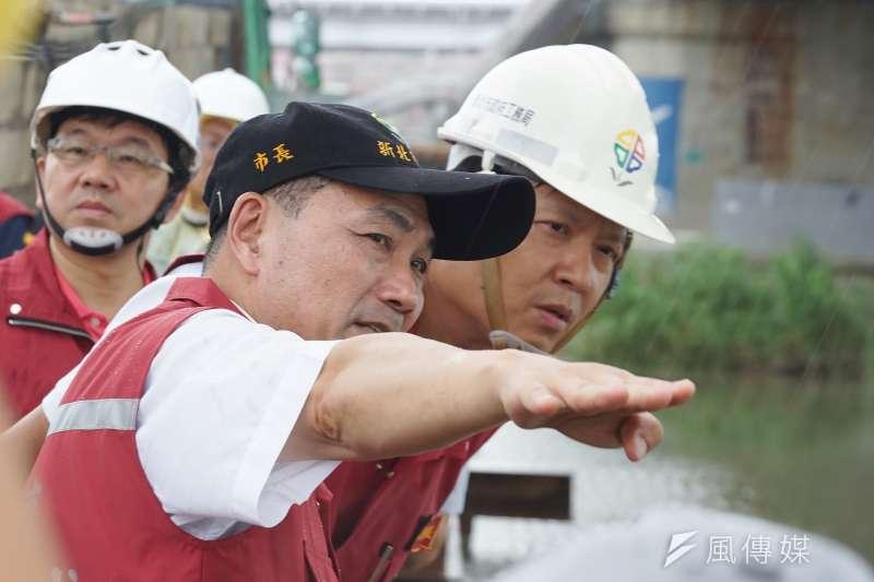強颱利奇馬來襲,新北市長侯友宜8日一早就進駐災害應變中心坐鎮,隨後則前往多地區視察。(盧逸峰攝)