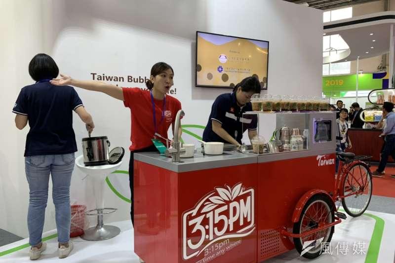貿協8日起在越南河內舉辦台灣形象展,圖為沖泡奶茶包3點1刻在當地推出珍奶推車,同步推銷自家茶包。(尹俞歡攝)