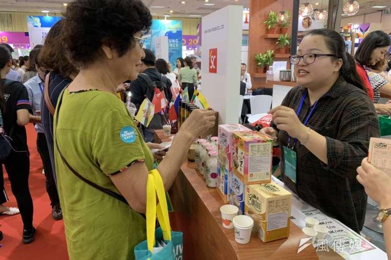 20190809-貿協8日起在越南河內舉辦台灣形象展,圖為沖泡奶茶包3點1刻在當地推出珍奶推車,同步推銷自家茶包。(尹俞歡攝)