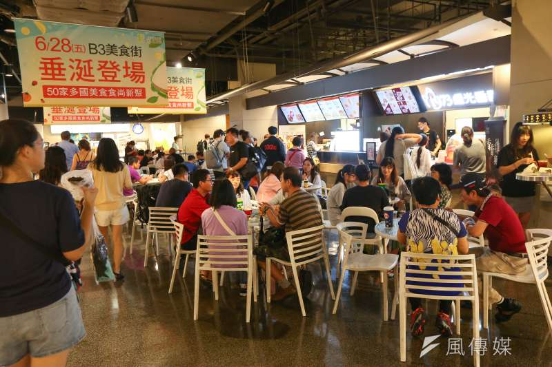 20190809-利奇馬颱風9日午後減弱,百貨美食街湧入大批用餐民眾。(顏麟宇攝)