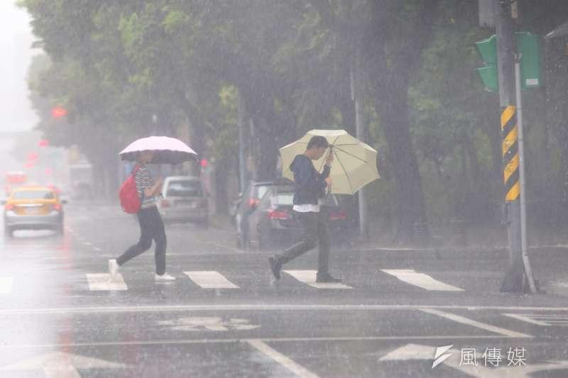 受颱風影響,西南風增強,中央氣象局26日上午對南部5縣市發布豪雨特報。示意圖。(資料照,顏麟宇攝)