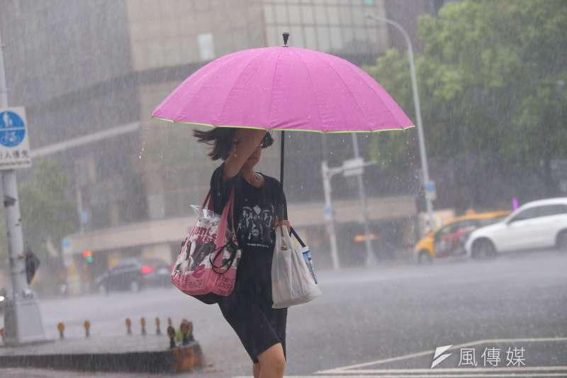 利奇馬颱風來襲的間歇性大雨。(資料照,顏麟宇攝)