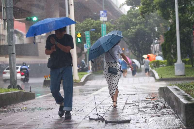 今年第11號輕度颱風白鹿朝台灣方向移動,預計明白天以及晚上到深夜,陸續發布海上、陸上颱風警報。圖為日前利奇馬颱風來襲,北市出現間歇性大雨。(資料照,顏麟宇攝)