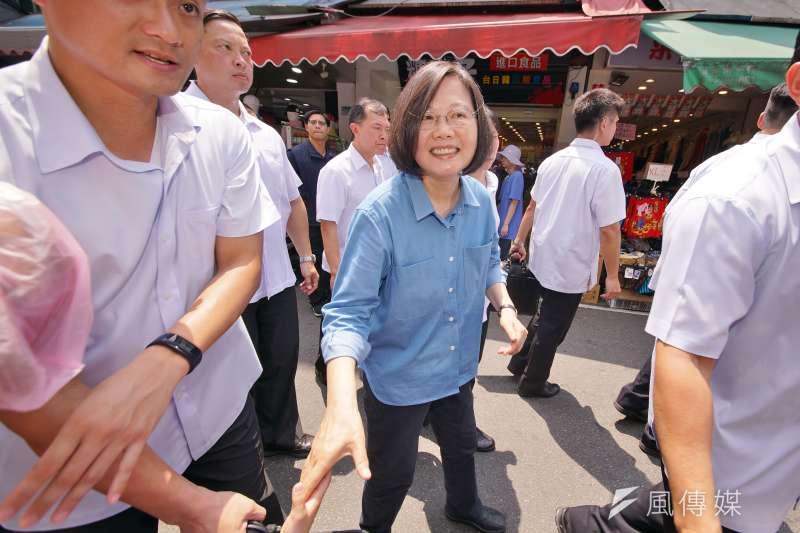 民進黨中央新聞部和總統蔡英文的競選辦公室整合,自今日起,支援蔡的非公務行程。圖為蔡英文參拜蘆洲湧蓮寺,與支持群眾握手。(資料照,盧逸峰攝)