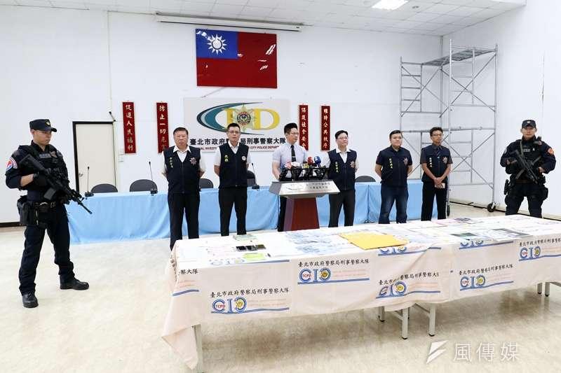 台北市警察局近日連續偵破3個暴力犯罪集團,並在12日下午召開記者會說明案情,由於贓物價值不斐,現場還出動2名特勤員警戒護。(蘇仲泓攝)