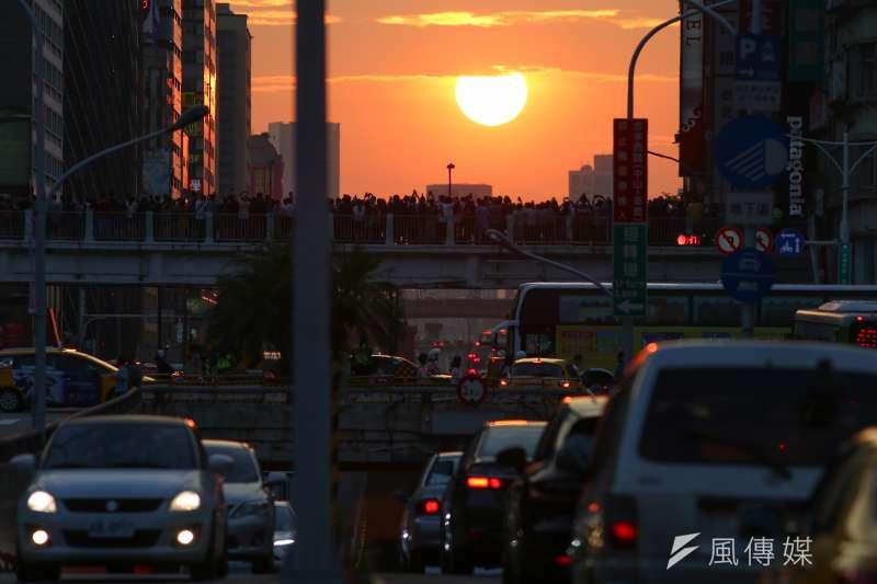 近幾天「懸日」現象再度現蹤台北,11日起一連3天可在台北市的忠孝東路、忠孝西路等路段觀賞。圖為懸日12日降臨北市忠孝東西路。(顏麟宇攝)