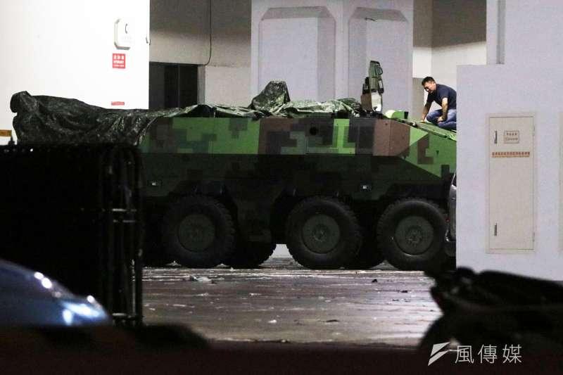 2年一度的台北航太暨國防工業展將於15日登場,今年國防館最受矚目的「八輪甲車M2樣車」,12日凌晨已由板運方式悄悄進駐會場。(蘇仲泓攝)