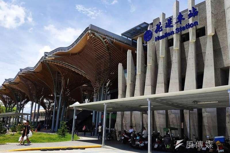 自2014年投入逾9億元規劃打造,交通部鐵道局13日宣布花蓮車站第二期工程將在本月底正式完工。圖為花蓮車站前的迎賓傘。(鐵道局提供)