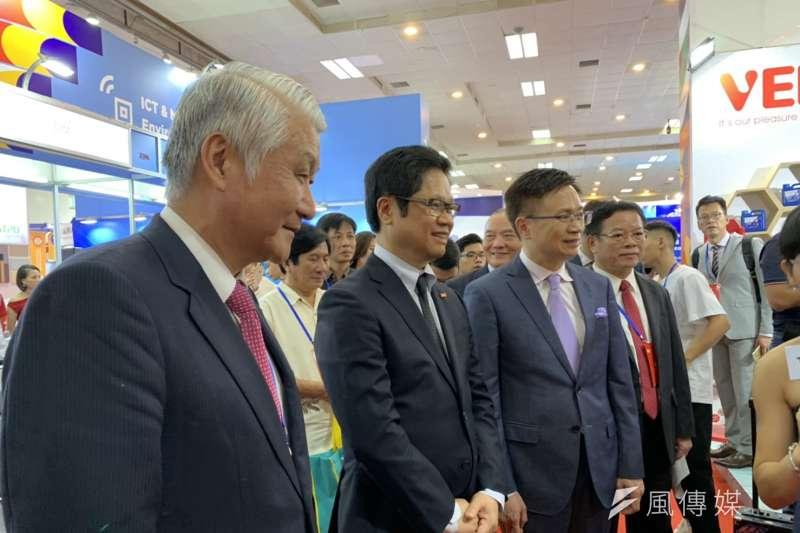 20190813-越南工商會VCCI主席武進祿(中)出席河內台灣形象展。(尹俞歡攝)