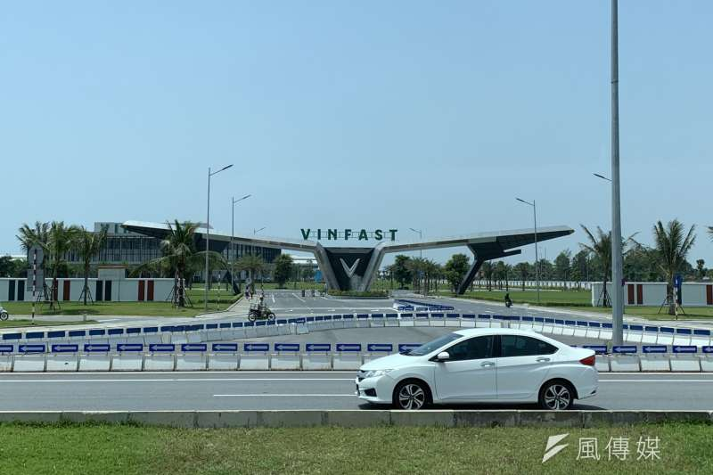 從越南北邊城市海防市區出發約1個多小時,穿越一大片荒蕪的工業區,一座帶有未來感、鑲上大大「V」字樣的大門出現在眼前。這裡是越南集團Vingroup旗下汽車品牌Vinfast的生產基地。(尹俞歡攝)