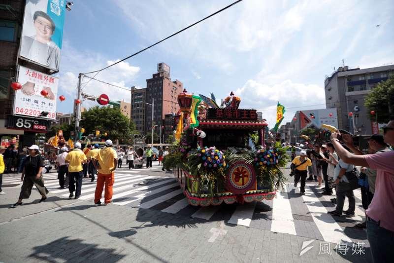 市區迎斗燈遊行,由輪值主普許姓宗親會率領各宗親會的斗燈。(圖/張毅攝)