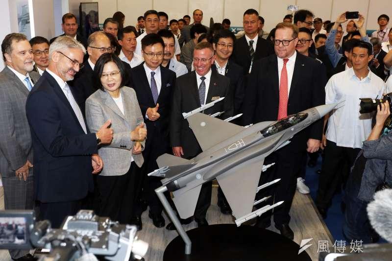 兩年一度的「台北國際航太暨國防工業展」今(15)起在世貿一館登場,總統蔡英文親自出席,並在美商洛馬公司和F-16戰機模型合影。(蘇仲泓攝)