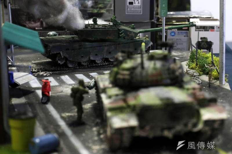20190816-民間廠商在「台北國際航太暨國防工業展」攤位上展出「台北不設防?」模型,內容是我陸軍CM11戰車在新北市八里街頭以戰車砲擊毀登陸共軍的99A式戰車。(蘇仲泓攝)