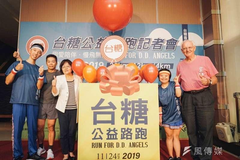台糖公司副總經理顧孝柔(左三)攜手林義傑宣告公益路跑開放報名。(圖/徐炳文攝)
