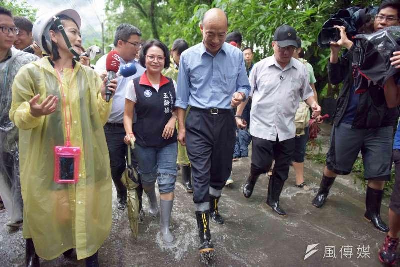 高雄市長韓國瑜(圖中)前往豪雨災情嚴重的桃源區、六龜區勘查。(高雄市政府提供)