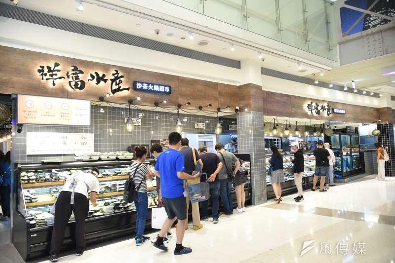 「祥富水產」以生鮮市集的型態開放民眾自行挑選食材,近期傳出倒閉。(圖/徐炳文攝)