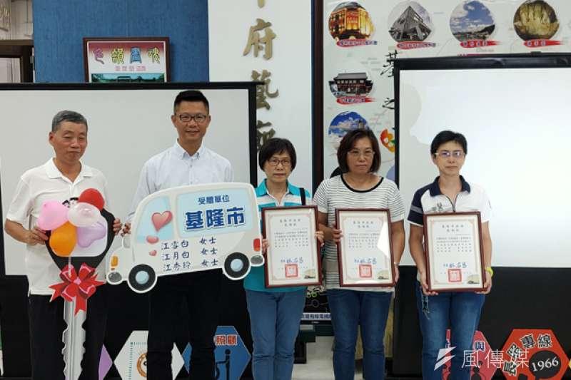 江家三姊妹捐贈長照專車,由處長吳挺鋒(左二)代表接受。(圖/張毅攝)