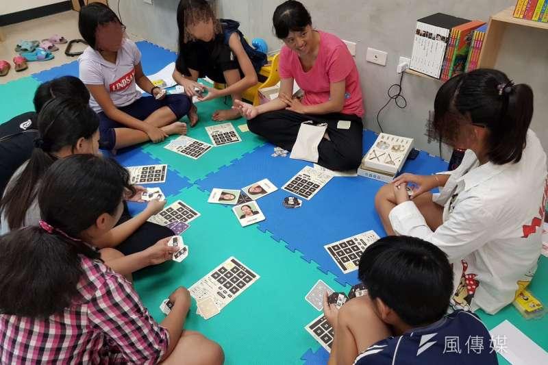 邀請社區弱勢家庭孩子參與「種子發芽-生命改變新方向」活動,透過玩桌遊,串連說故事,並練習表達情緒。(圖/徐炳文攝)