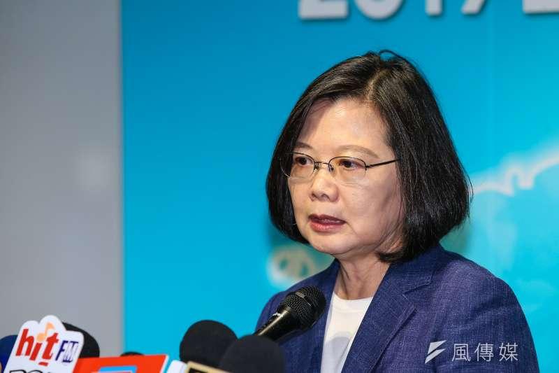 作者批評,總統蔡英文若繼續操弄臺灣主權議題,而非確實改善臺灣的各項社會問題,未來就只能走向更極端的意識形態治國,並且被這些「天然獨」之青年所綁架。(資料照,顏麟宇攝)