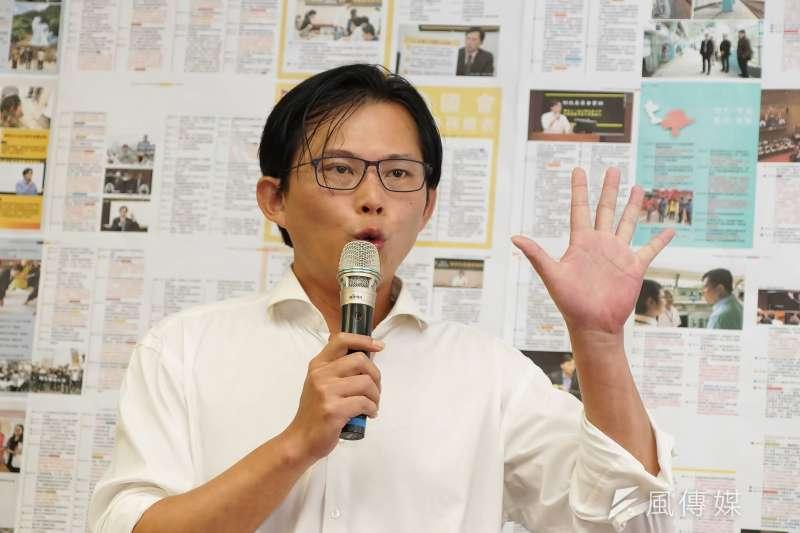 作家馮光遠在臉書發文批評,時力應改名為「國運昌隆黨」。(盧逸峰攝)