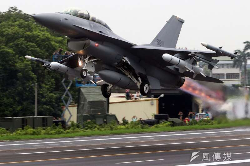 行政院院會31日通過2472億元「新式戰機採購特別預算」,國防部規劃未來7年,將透過舉債2322億、歲計賸餘150億元支應對美軍購預算。圖為F-16V戰機。(資料照,蘇仲泓攝)