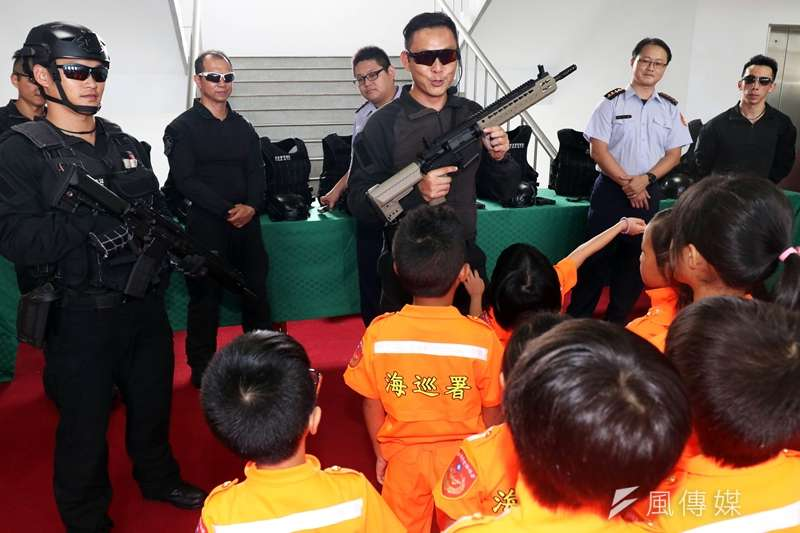 20190821-海巡署特勤隊人員在「小小海巡體驗營」中向小朋友介紹特勤隊使用的裝備,包括擬真長、短槍及防護頭盔、戰術背心。(蘇仲泓攝)