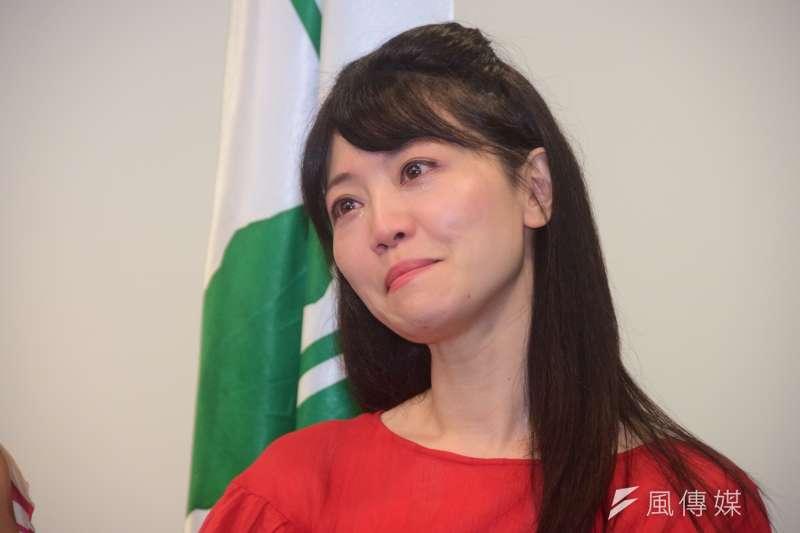 台北市議員高嘉瑜獲民進黨徵召參選北市港湖區立委,一度淚灑現場。(吳俊廷攝)