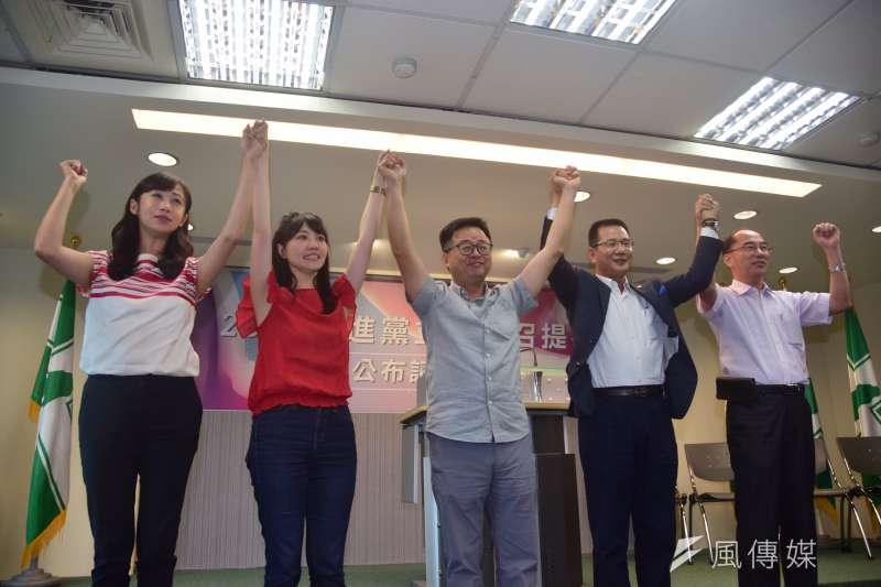 民進黨祕書長羅文嘉高舉高嘉瑜的手,確定徵召她參選港湖區立委,然而這不代表民進黨2020將會打一場少一點意識形態的選戰。(吳俊廷攝)
