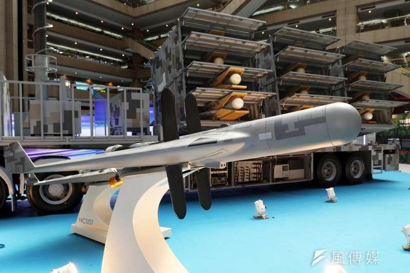 由中科院研發的劍翔反輻射無人機及其發射車在台北國際航太暨國防工業展中展出,而這也代表了劍翔無人機已具備作戰能力,後勢備受關注。(蘇仲泓攝)
