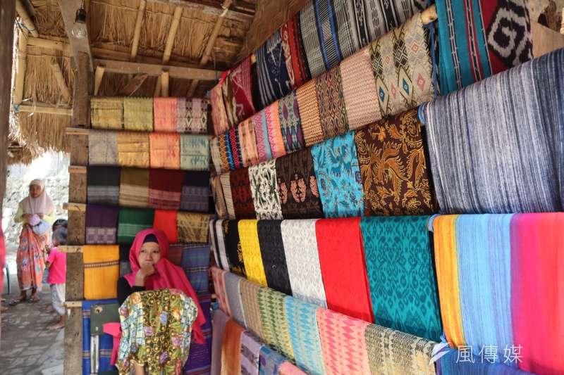 龍目島東部的「薩德村」(Sade village)是現今保留文化最完整的薩薩克人部落之一,這裡的婦女從小就要學會編織。(蔡娪嫣攝)