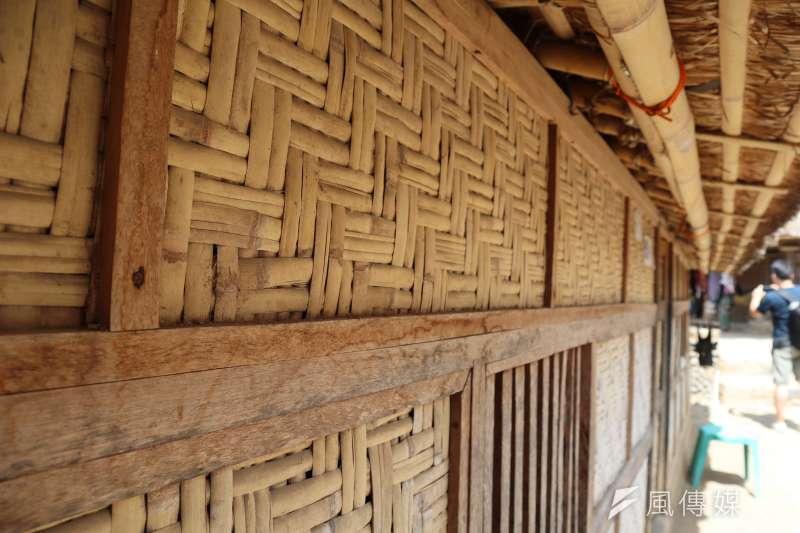 龍目島東部的「薩德村」(Sade village)是現今保留文化最完整的薩薩克人部落之一,建築以竹木編織圍牆、茅草為屋頂。(蔡娪嫣攝)