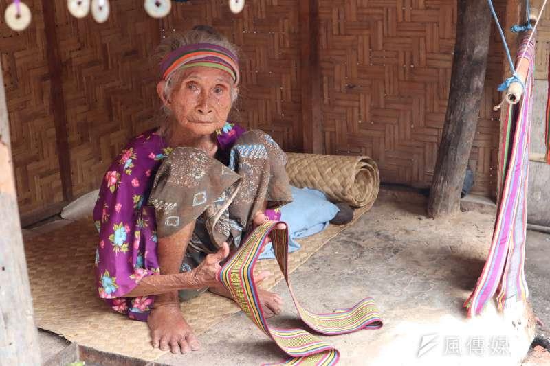 龍目島東部的「薩德村」(Sade village)是現今保留文化最完整的薩薩克人部落之一,村內的百歲人瑞阿嬤。(蔡娪嫣攝)