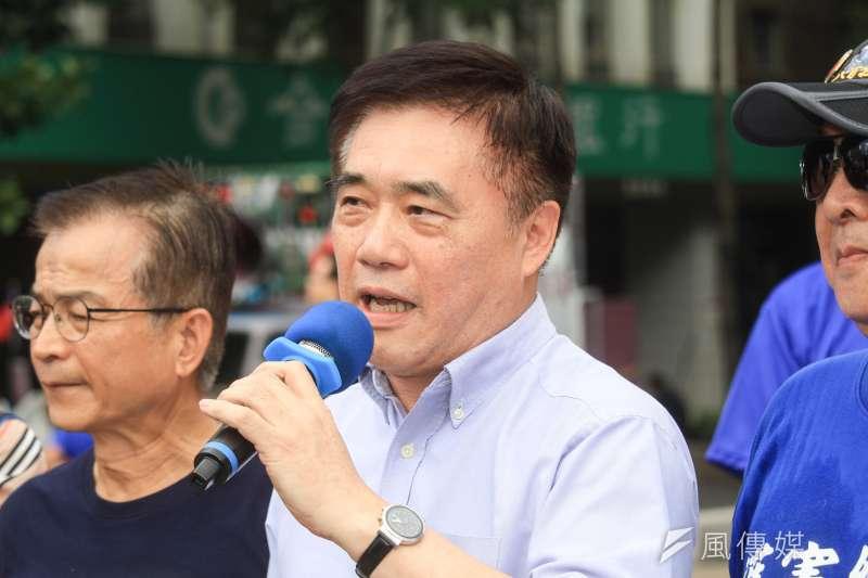 國民黨副主席郝龍斌(中)今日出席「八百壯士緬懷八二三砲戰」紀念活動,痛批柯文哲「利用政治性操作導致紀念活動失焦」,相當無恥。(蔡親傑攝)