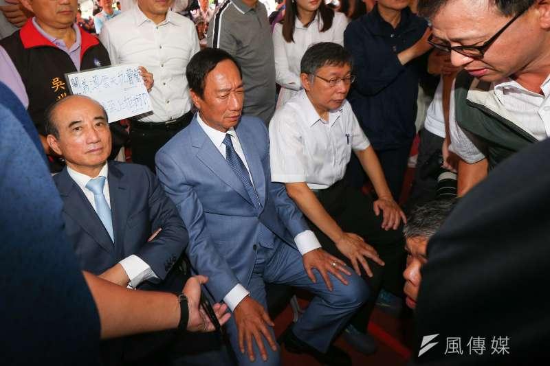 2020總統大選若是國民黨改由前鴻海董事長郭台銘(左二)出征,依據《美麗島電子報》最新民調顯示,可能會有超過40%韓粉屆時將放棄投票。(資料照,顏麟宇攝)