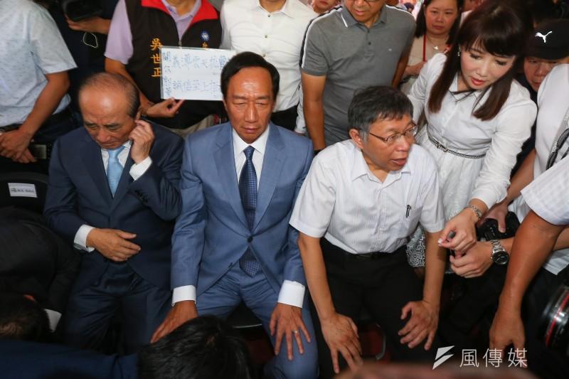 前鴻海董事長郭台銘(前排左二)陣營內部最新的「調和式民調」顯示,總統蔡英文在各種不同對戰組合的支持度,只有於單獨對上郭台銘時是落後的。(資料照,顏麟宇攝)