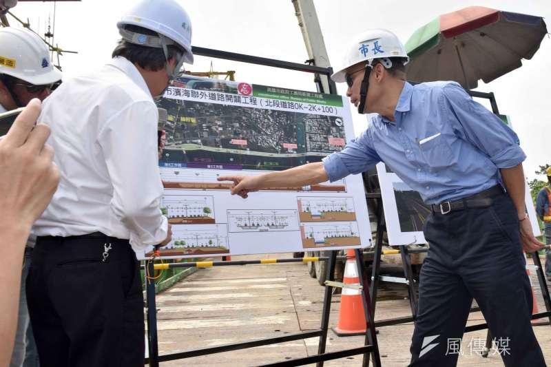 高雄市長韓國瑜(右)視察新台17線濱海聯外道路開闢工程。(圖/徐炳文攝)