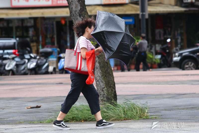 中度颱風「米塔」來襲,30日至明天清晨影響最劇,北台灣多個縣市以及台東縣綠島、蘭嶼等30日停班停課。示意圖。(資料照,顏麟宇攝)