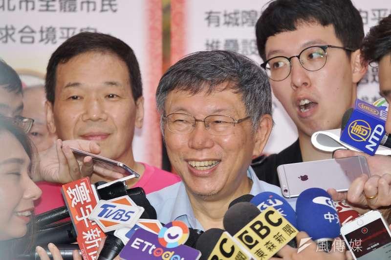 台北市長柯文哲(中)25日出席中元普渡活動,他在受訪時指出,總統蔡英文應向人民說清楚,到底什麼是台灣價值。(盧逸峰攝)