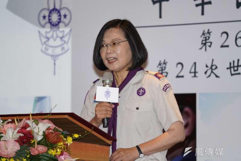 台灣民意基金會24日公布最新民調,總統蔡英文大幅領先。對此,蔡英文25日表示,各種民調都會去參考。(盧逸峰攝)